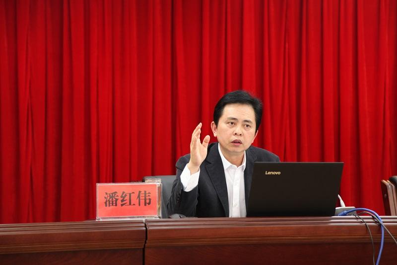 州委常委、州委统战部部长潘红伟作《条例》宣讲辅导报告